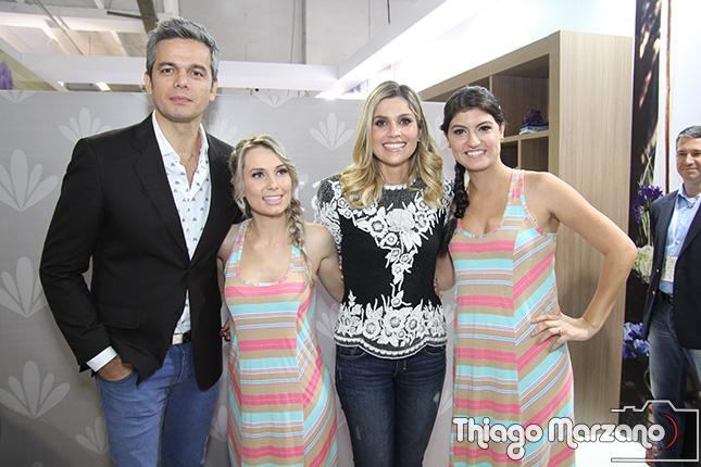 Otaviano Costa e Flávia Alessandra com as modelos na Malwee Liberta