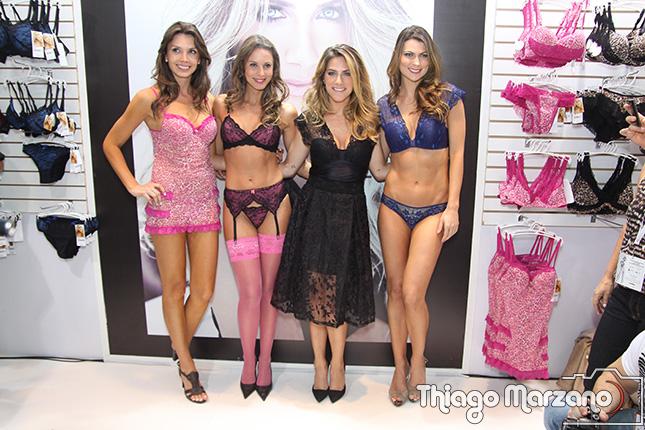 Giovanna Ewbank com as modelos da Darling